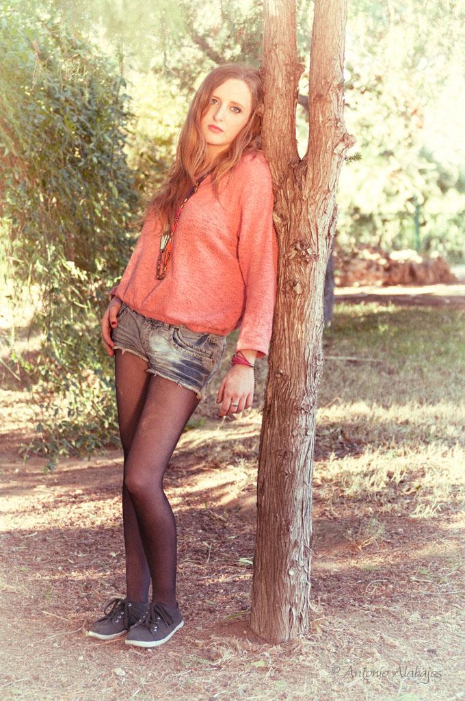 fotografo valencia modelo lau viveros valencia apoyada arbol